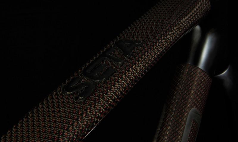 Sarto_Seta+_carbon_glossy_with_fiber-red-filamente